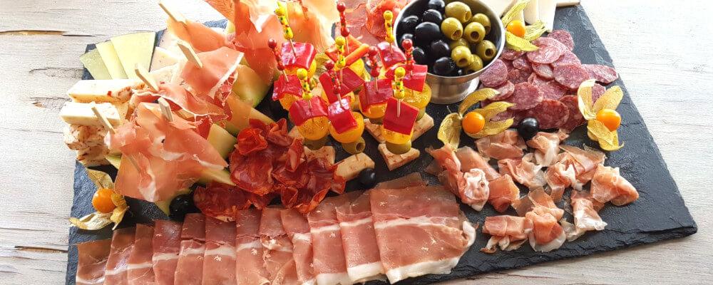 Gemischte Tapas Platte mit Schinken, Käse, Oliven, etc.